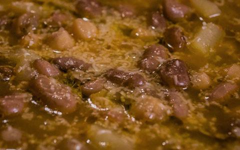 Piatti unici: Zuppa di verza con legumi e pane abbrustolito